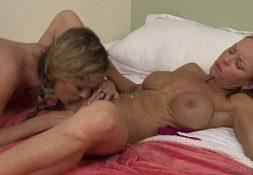 Mulheres pelada se chupando e fodendo gozado
