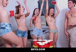 Mulheres transando em uma festa de fraternidade