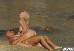 Gostosa na praia esta nua sendo fodida